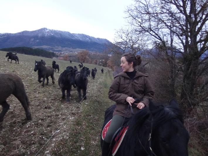 Mathilde apprécie sa première balade sur Utack et rend visite à tous les troupeaux de Merens de l'Elevage.